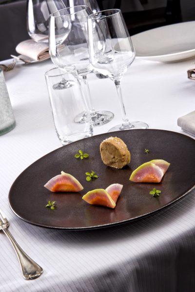 Foie gras de canard des Landes mi-cuit, vin rouge et cassis, ravioles végétales mangue cassis