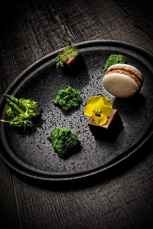 Foie gras de canard fumé en gelée de Porto et madère. Macaron chutney de pomme coing