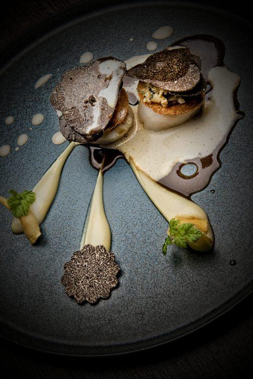 Noix de St-Jacques grillées, pulpe de topinambours, jus au vieux Porto et truffes noires