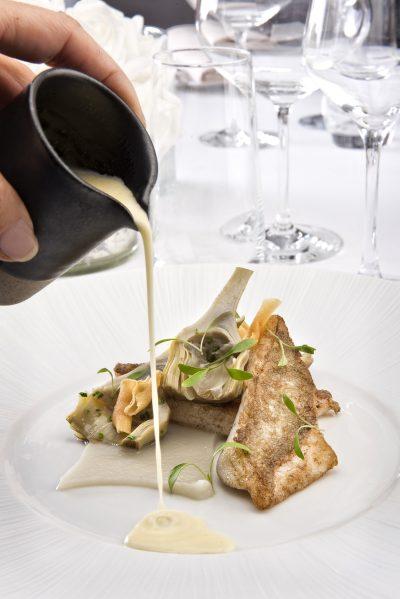 filet de saint pierre de petite pêche rôti sur une pulpe de topinambour artichauts poivrades servi avec une sauce barigoule