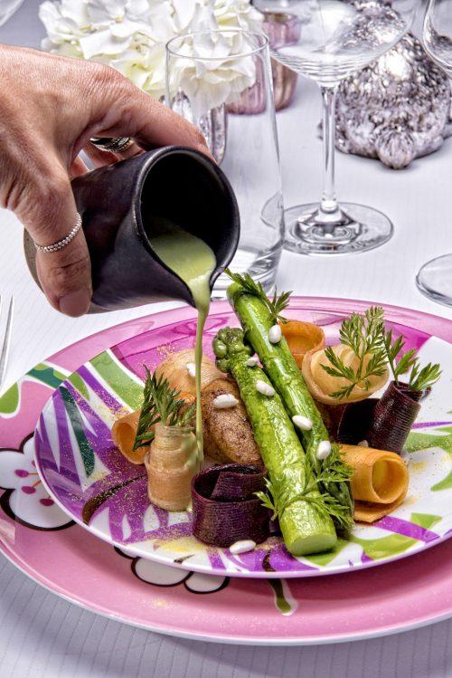 Lotte rôtie Asperges vertes et copeaux de carottes bouillon d'asperge mentholé