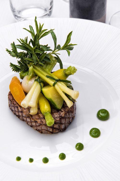 Pièce de bœuf grillé légumes printaniers jus corsé